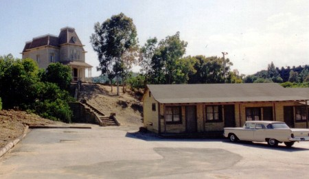 1024px-Bates_Motel