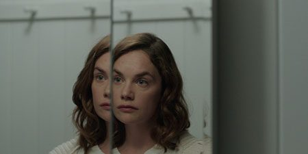 i-am-the-pretty-thing-that-lives-in-the-house-2016-movie-4